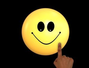 happy to download ebooks smiley-1691280_960_720